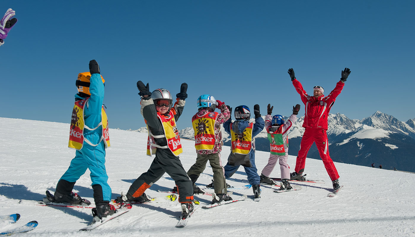 some children with a ski instructor take a ski course at the Kronplatz
